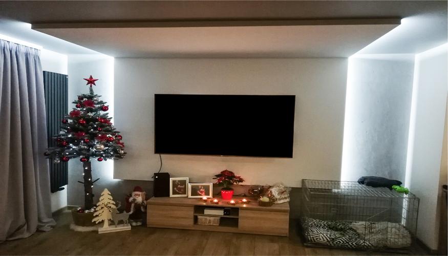 Podświetlany sufit to rozwiązanie dobre zarówno do salonu, jak i innych pomieszczeń
