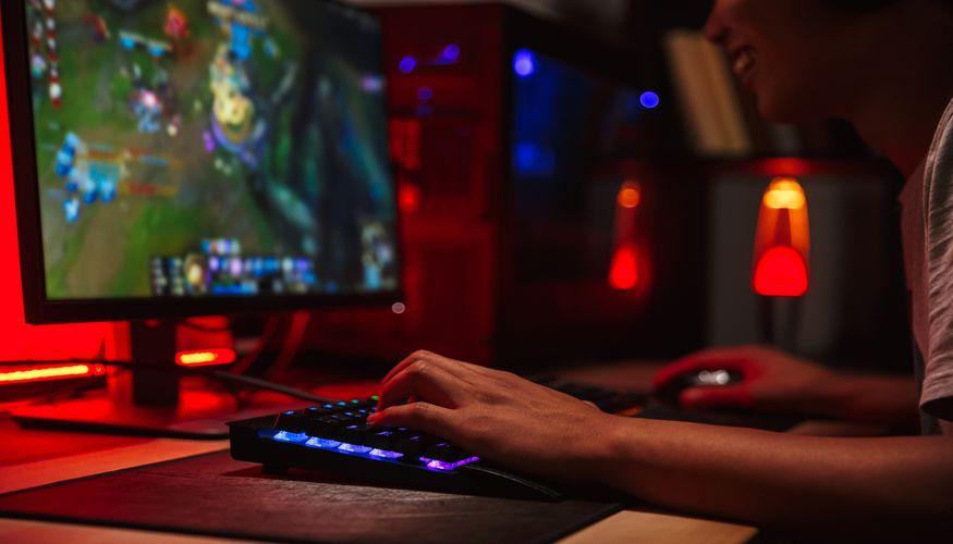 Praktyczne akcesoria do biurek gamingowych pozwolą Ci jeszcze bardziej cieszyć się rozgrywką.