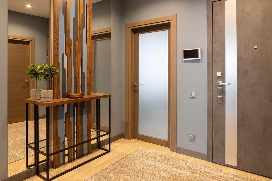 Wyłącznik z czujnikiem PIR świetnie sprawdzi się w przedpokoju, holu lub na klatce schodowej.
